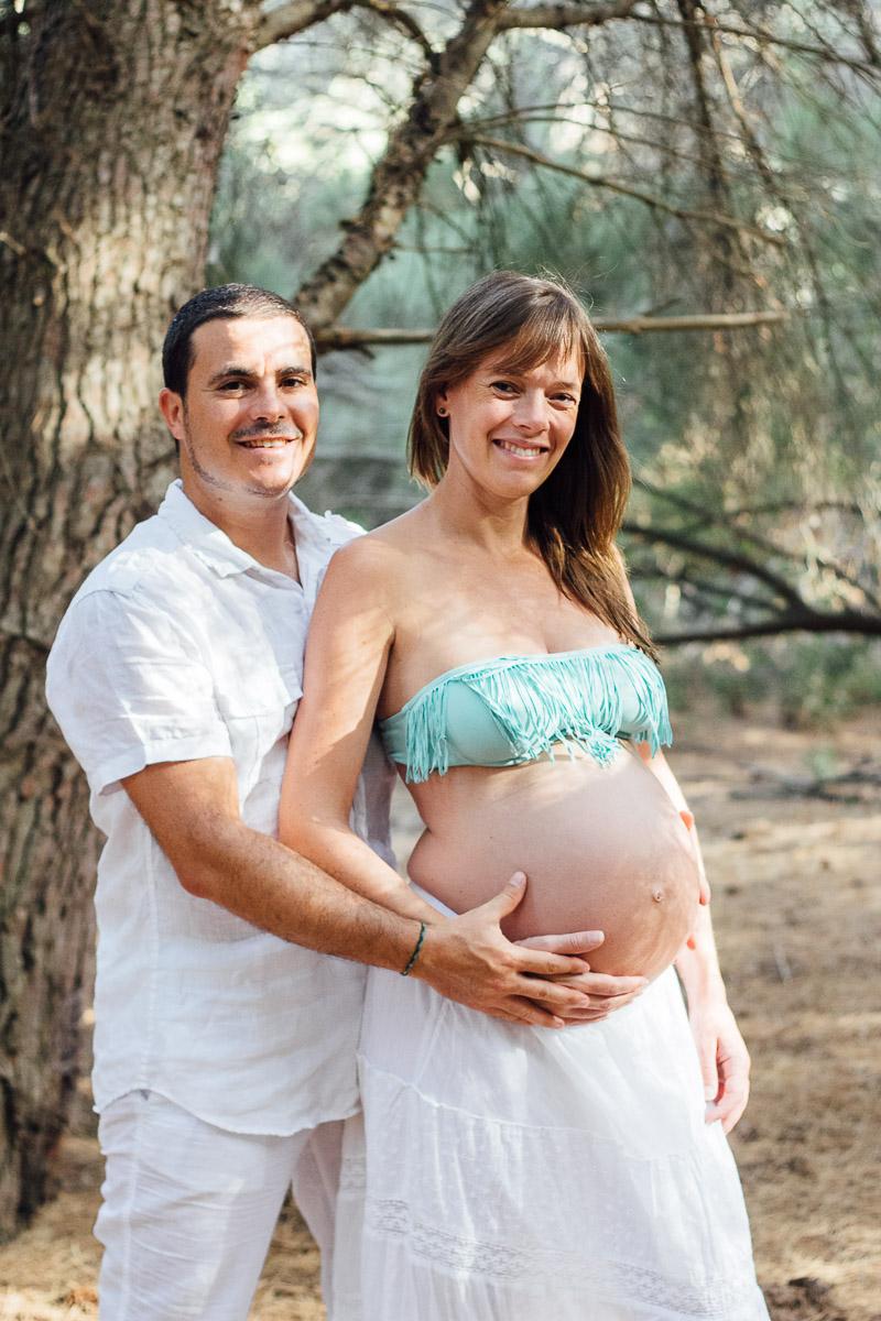 fotografo-embarazo-menorca-playa-mongofre-bosque-pareja-19