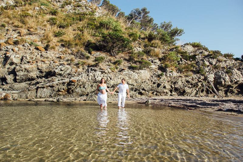 fotografo-embarazo-menorca-playa-mongofre-bosque-pareja-37